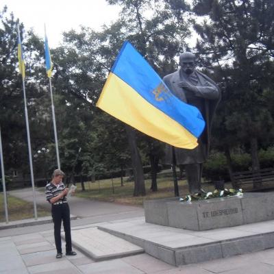 ruhivtsi-vidznachyly-den-konstytutsiyi-ukrayiny-bilya-pam-yatnykiv-tarasu-shevchenku-ta-vyacheslavu-chornovolu-2