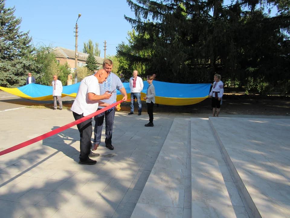 na-berezanshhyni-za-intsyatyvy-narodnogo-ruhu-ukrayiny-vidkryly-monument-ukrayina-2